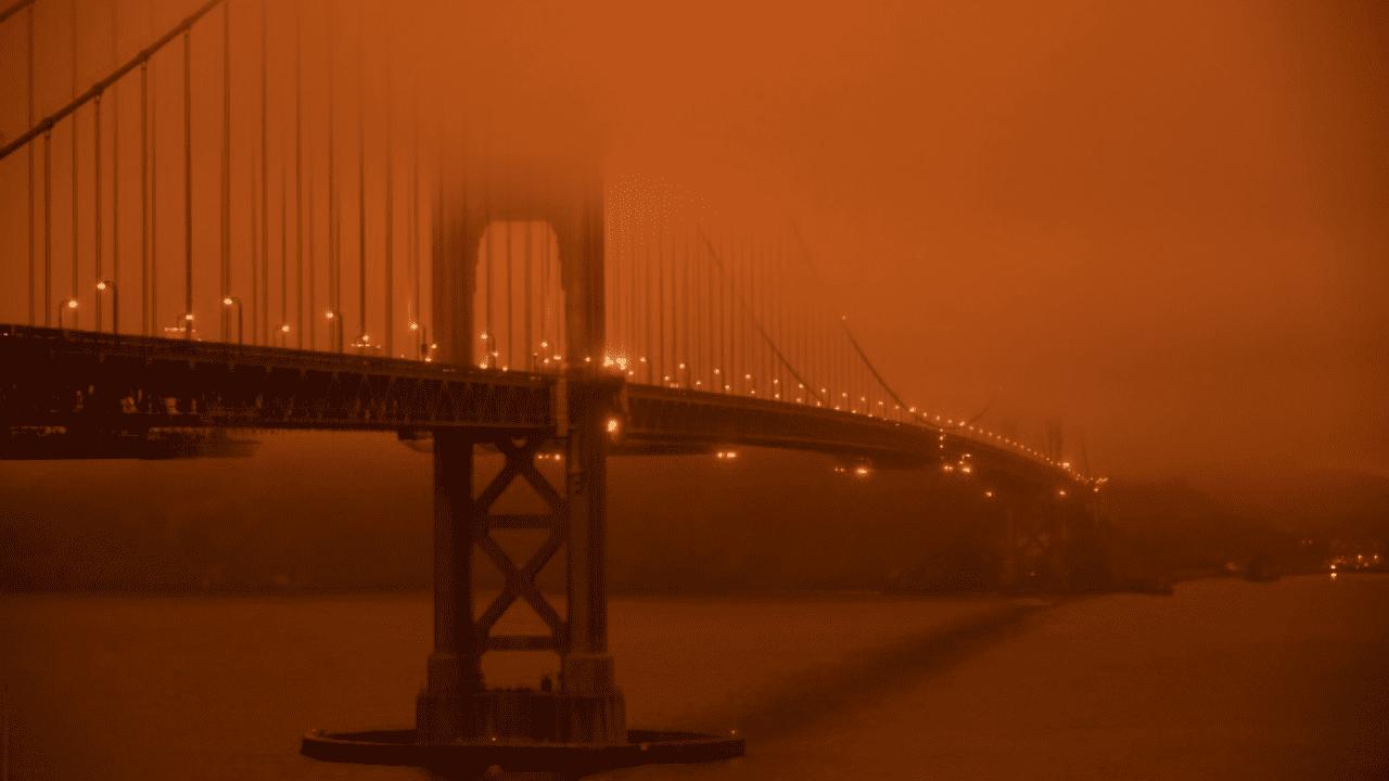 """El cielo lució con muy poca luz a pleno mediodía y de un anaranjado casi rojo, que a su vez """"tintaba"""" todo lo demás."""