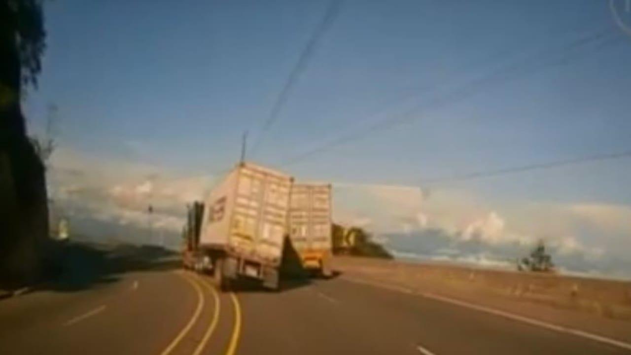 Las imágenes muestran el momento en el que el camión intenta rebasar y vuelca cerca de otra rastra que circulaba por el lugar.