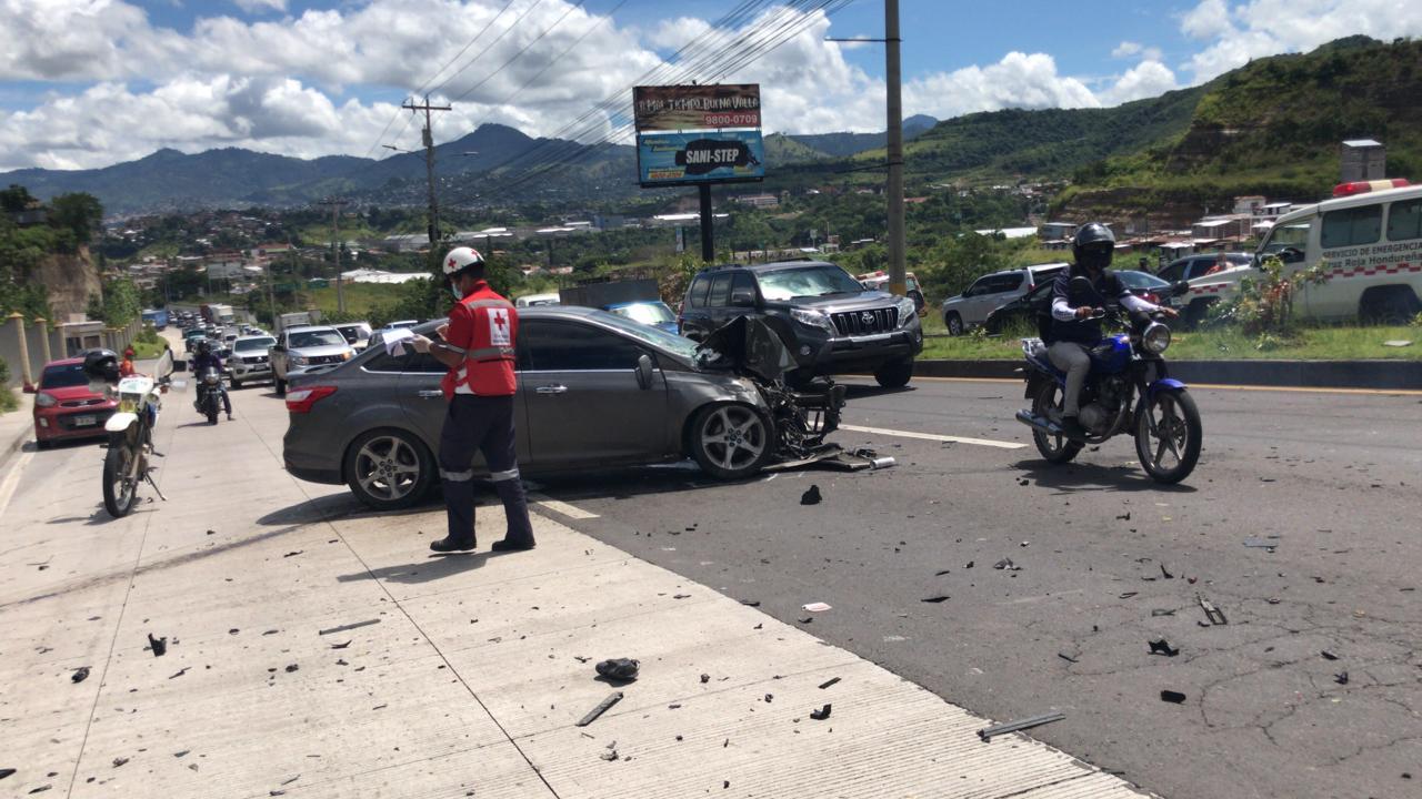 El carro del futbolista quedó fuertemente dañado en la parte frontal; mira lo que pasó.