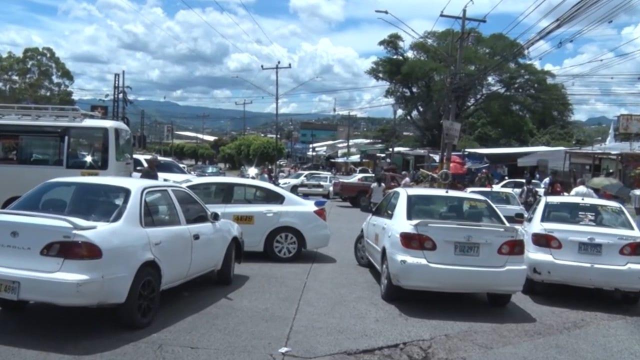 """""""Las mamparas (plásticas) ya no van a estar, siempre que el carro tenga un rótulo que diga las obligaciones que tiene que tener el pasajero antes de subirse a la unidad"""", anunció Víctor Aguilar."""