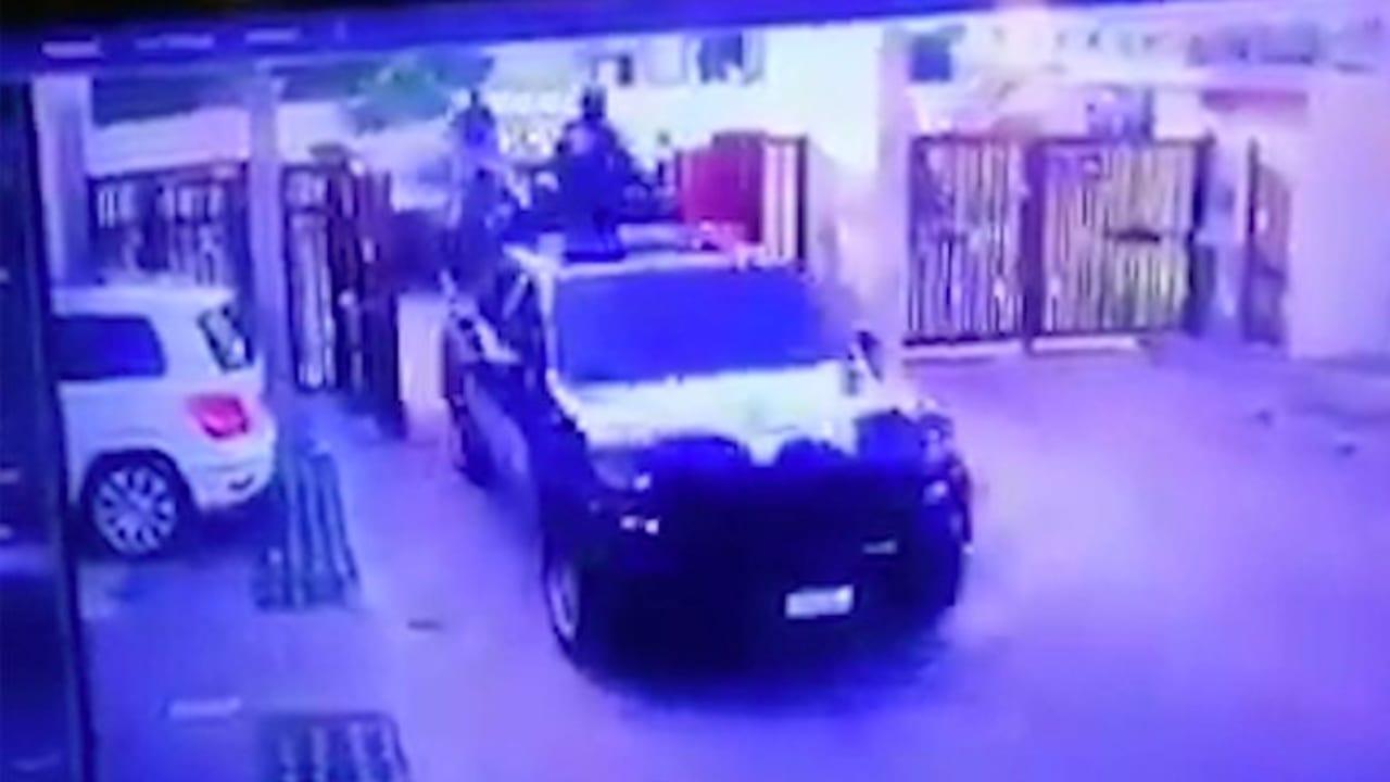 En el vídeo se observa el momento en que las fuerzas de seguridad llegan hasta la residencia e irrumpen para capturar a los supuestos sicarios.