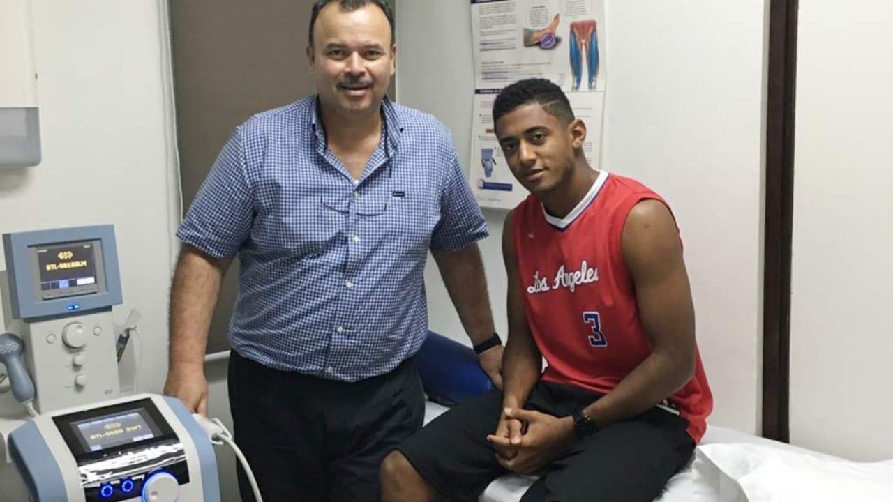 El médico ha trabajado de cerca con los futbolistas hondureños durante muchos años.