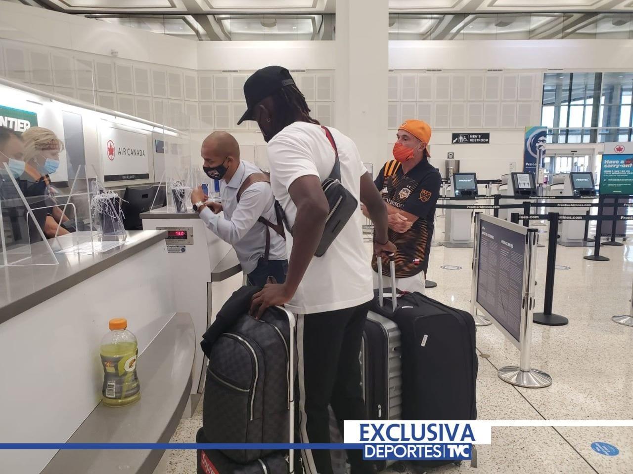 El delantero hondureño viajó a Europa para cumplir su sueño de jugar en el viejo continente. Deportes TVC tuvo acceso exclusivo a las horas previo a su viaje