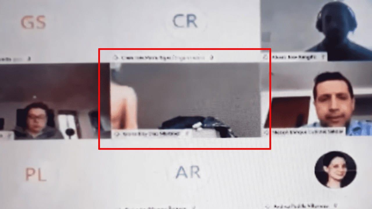 El vídeo muestra cuando la mujer se acerca a la cámara sin percatarse que su pecho quedó al descubierto, mientras sus compañeros observaban con asombro.