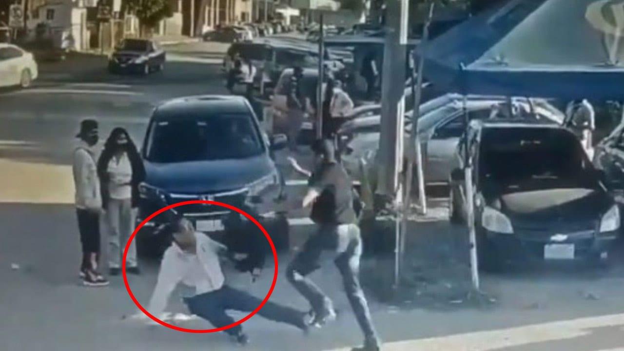 El vídeo muestra el momento en el que el hombre ataca con un cuchillo al supuesto violador. Las imágenes son fuertes y podrían herir su sensibilidad.