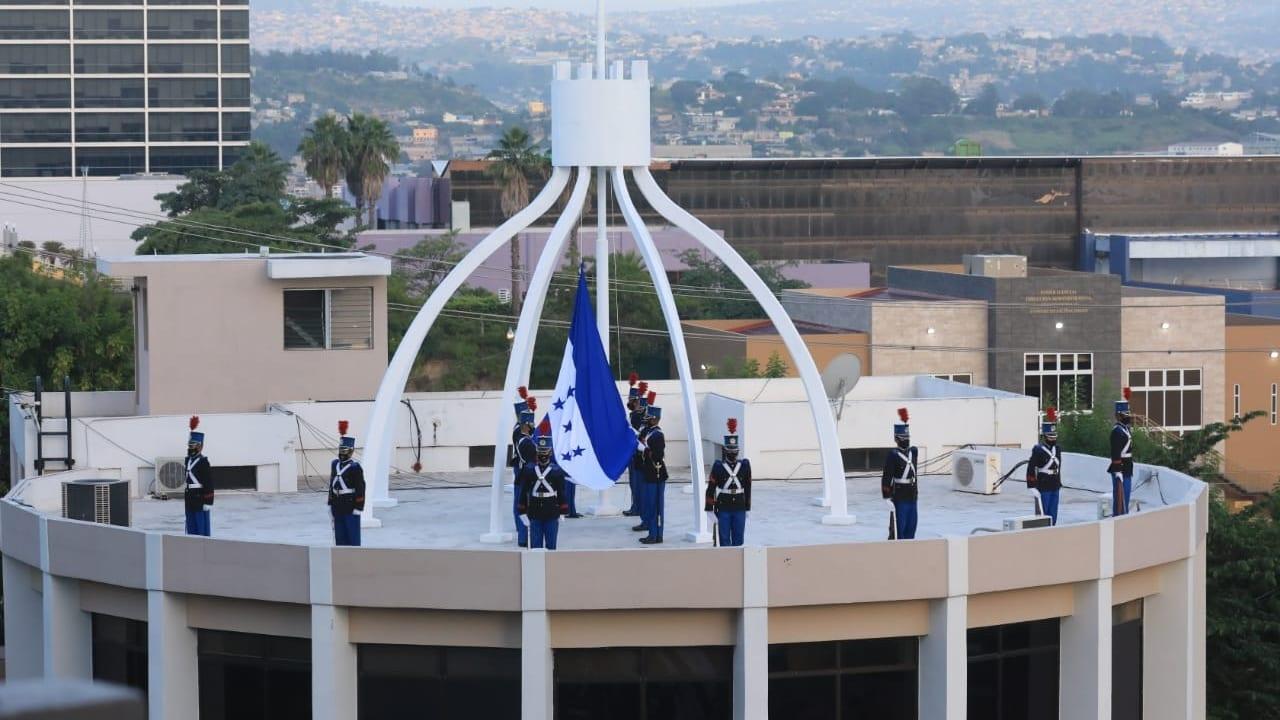 La inauguración del mes de la Patria se realizó con la izada del Pabellón Nacional en Casa Presidencial, Congreso Nacional y el Poder Judicial.