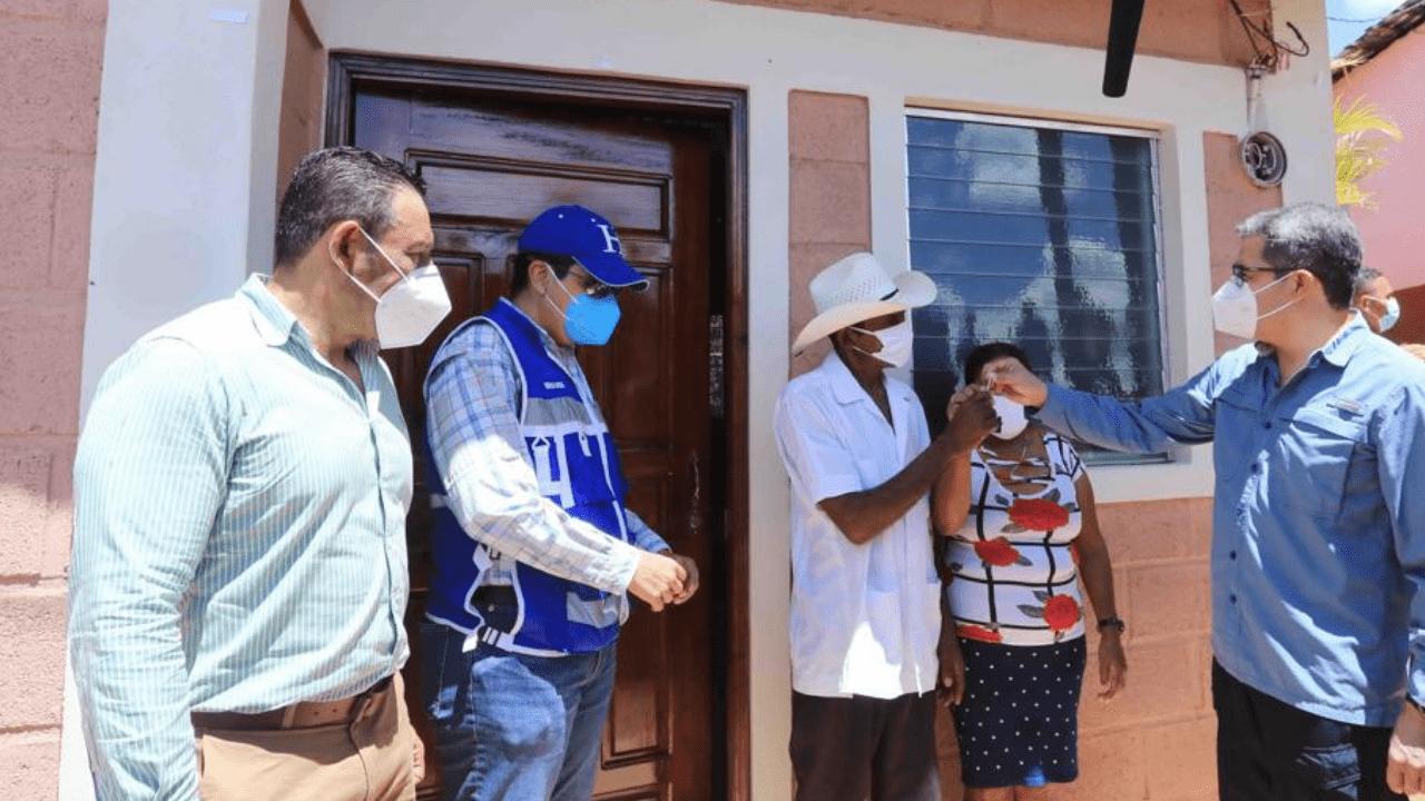 Don Conce es un vendedor de leña y recibió la vivienda de parte del presidente Juan Orlando Hernández.