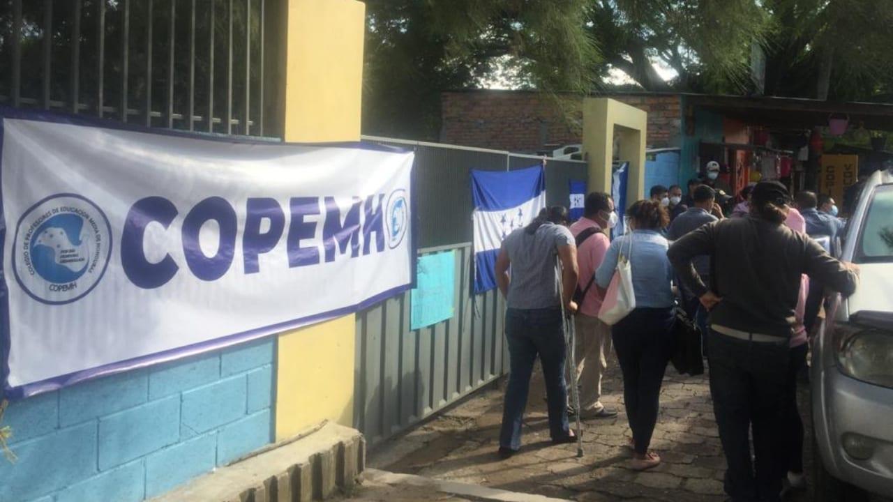 Más de 500 maestros quedaron fuera de las planillas, denunciaron la mañana del miércoles durante la protesta.