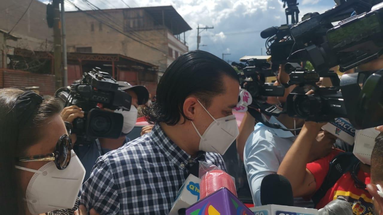 Bográn ingresó a la ATIC, ubicada en Comayagüela, en medio de reclamos por parte de un grupo de personas que lo esperaban con cárteles y gritos a su paso.