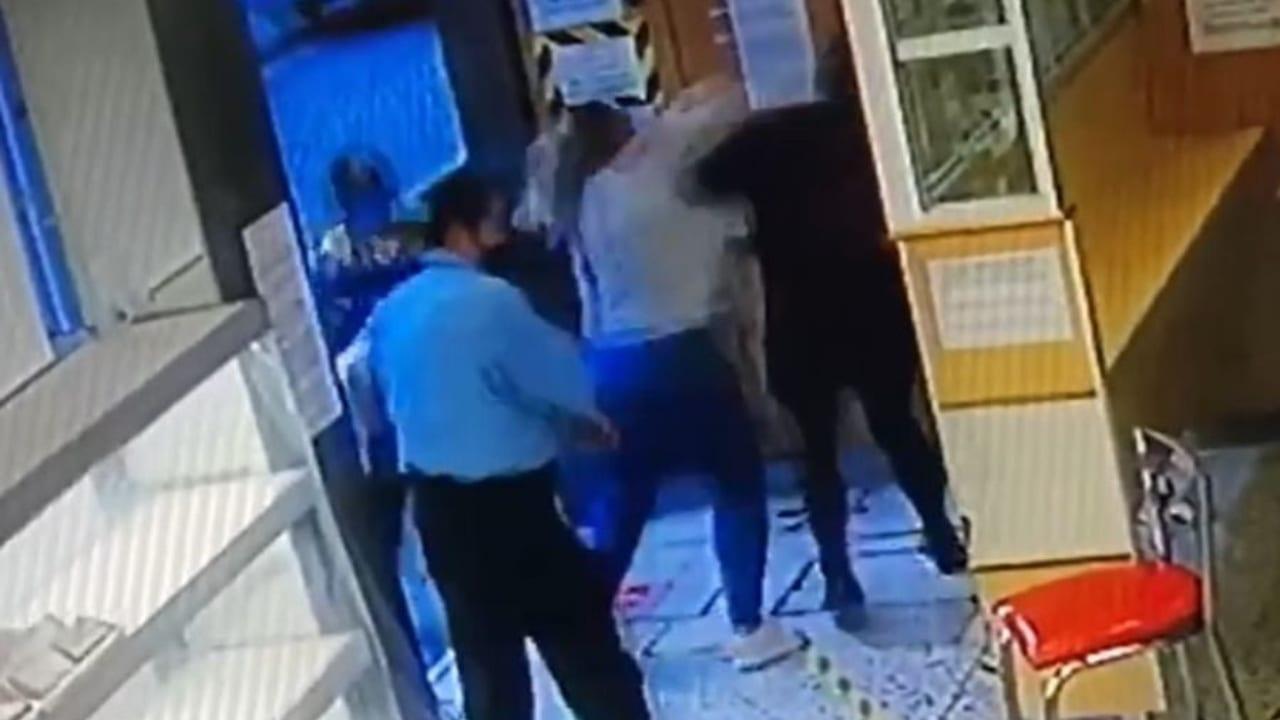 El vídeo muestra cómo los empleados intentaron detener la agresión, sin embargo, no pudieron impedirlo.