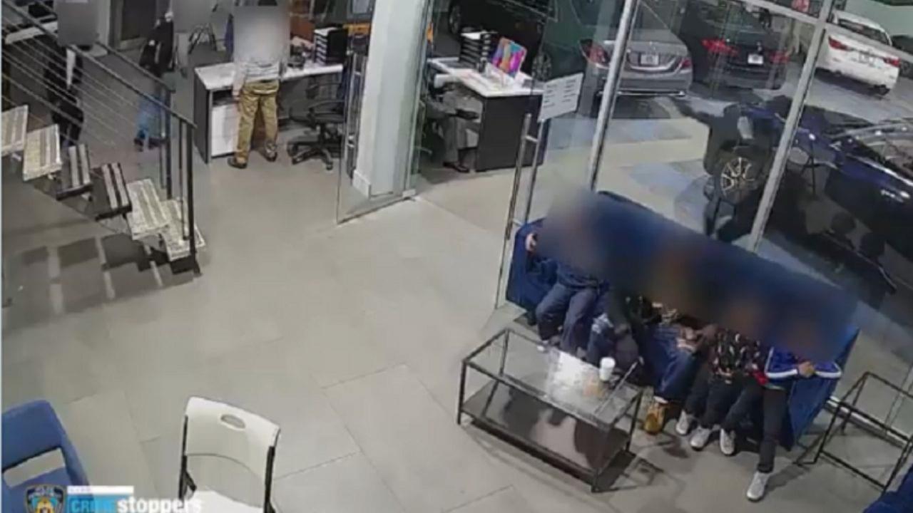 Cámaras de seguridad captaron cómo se rompen las puertas de cristal debido a los disparos y cómo varias personas intentar escapar, incluyendo el hombre que son su cuerpo protegió a sus hijos
