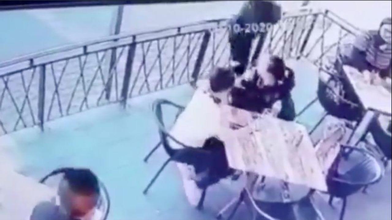 El agresor agarró del cuello a la menor que comía junto a dos mujeres adultas.