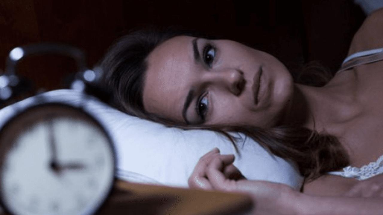 No dormir lo necesario puede afectar la memoria, el aprendizaje y la atención, según expertos.