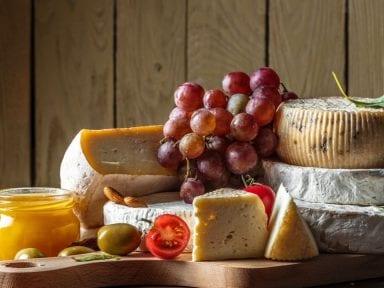 Esto es lo que no puede faltar en la preparación de una tabla de quesos
