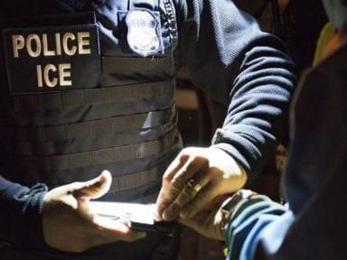 """¿Qué es EDDIE, la """"poderosa arma"""" contra migrantes usada por el ICE que activistas piden a Biden que elimine?"""