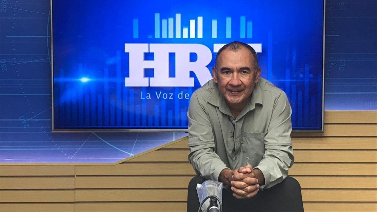 Honduras despierta cada mañana entre sorbos de café y la voz inconfundible de Juan Carlos Barahona, el hombre que en la actualidad lidera la casa de radio más importante del país, la HRN