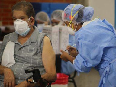 Médico hondureño advierte que puede haber manipulación política en vacunas del covid si no se cuenta con un censo
