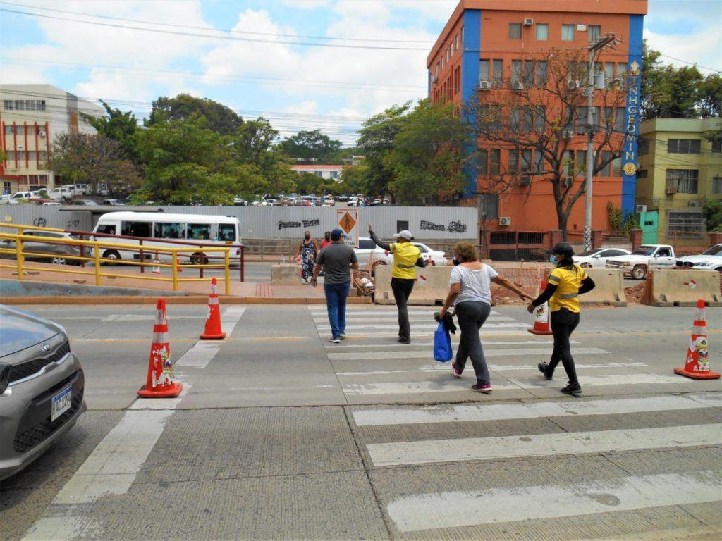 personas cruzan calles tegucigalpa