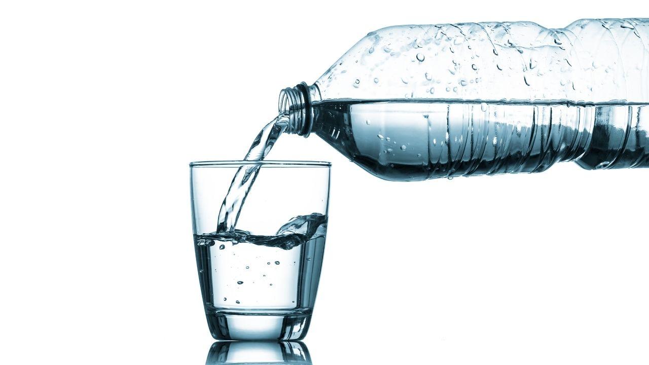tomar agua consumo agua botella agua