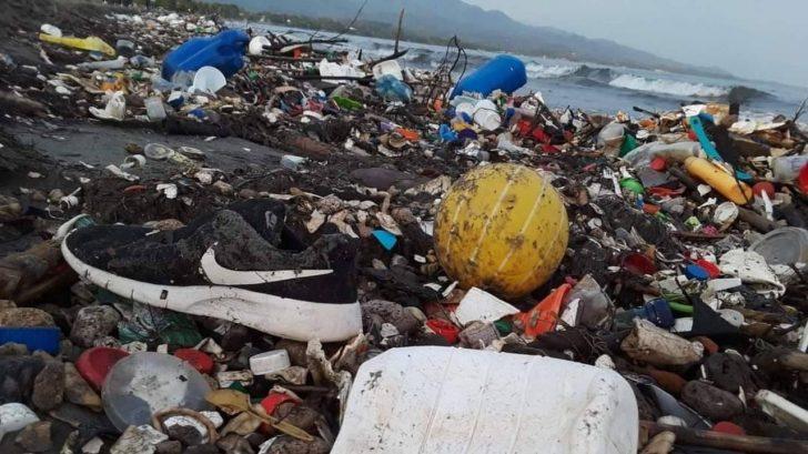 Playas de Omoa, Cortés, nuevamente son inundadas por basura procedente de Guatemala