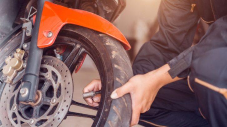 Cambia la llanta de tu moto con estos cinco pasos sin ser experto