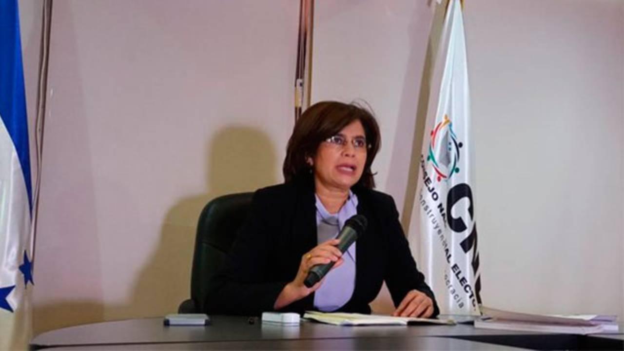 Según Rixi Moncada, se pretendería reformar la Ley Electoral respecto a los artículos que establecen la implementación del TREP