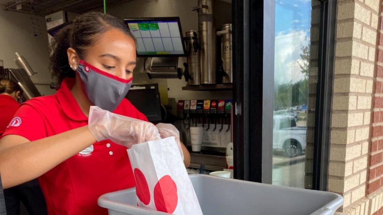 ¡Atención hondureños! Conoce cuáles son las cadenas de restaurantes en Estados Unidos ofrecen pagar la universidad a quienes trabajen para ellos