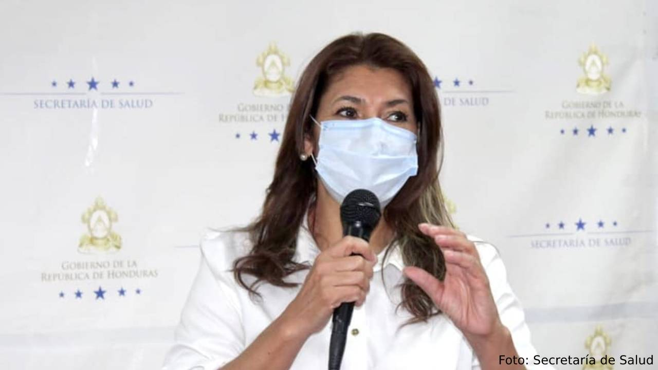 """Estos """"jugosos""""salarios reciben los hijos y nuera de la titular de Salud Alba Consuelo Flores, según una investigación del CNA"""