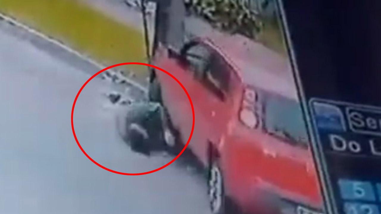 En el vídeo se observa el momento en que el hombre intenta impedir el robo, sin embargo, el ladrón huyó en el vehículo, el hecho ocurrió en Argentina