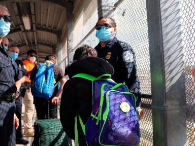 Gobierno estadounidense no podrá expulsar familias migrantes en la frontera, según juez federal