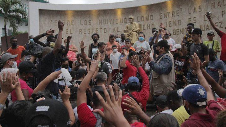 Migrantes rezan para pedir que gobierno les autorice libre tránsito en México