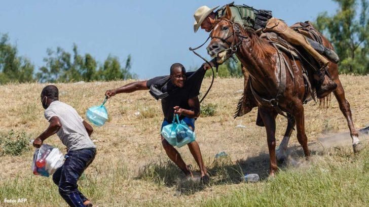Agentes fronterizos montados a caballo espantando a migrantes; las impactantes fotos que causan indignación en redes