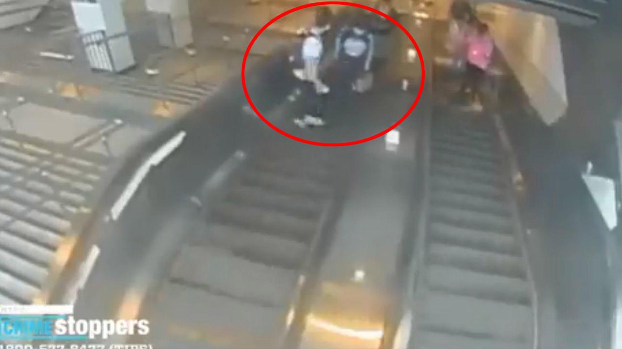 Mira el vídeo que muestra el momento exacto en que el hombre pega una patada a la mujer que cayó de las gradas eléctricas del metro en Nueva York