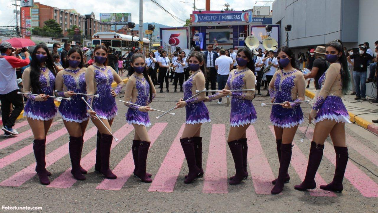 Las bellas palillonas del Central engalanaron las calles de la capital con su colorido traje morado y sus coordinados pasos; ¡tienes que verlas!