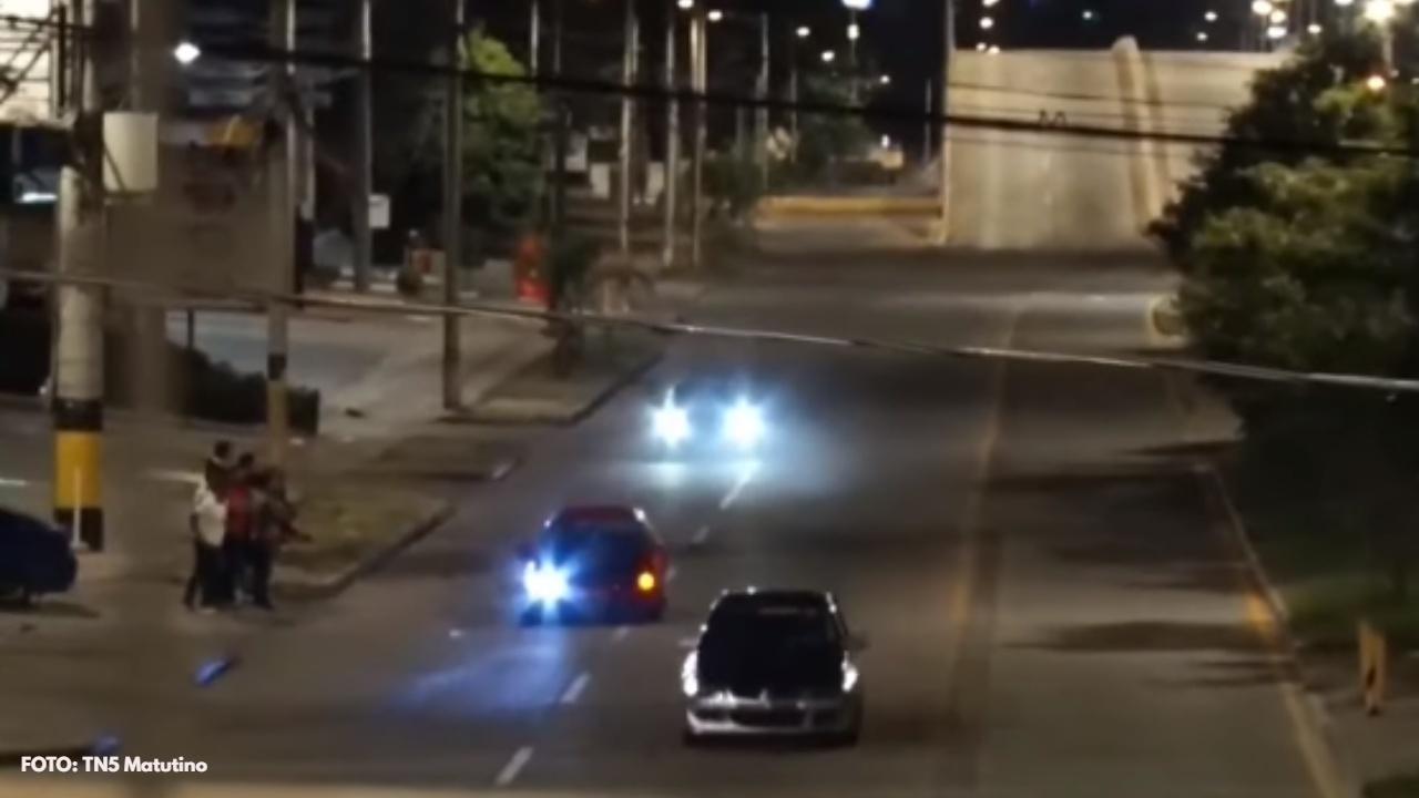 """Vea el momento en el que un grupo de capitalinos son captados en sus carros de carrera realizando """"piques"""" en el bulevar Suyapa"""