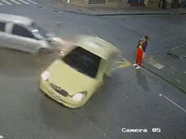 Video: Mujer se salva de morir  en accidente entre carro y taxi