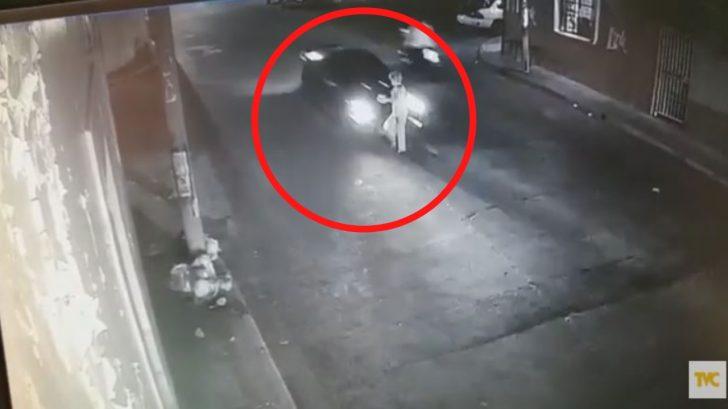¡VIDEO! Conductor se da a la fuga tras atropellar a señora de 85 años en la capital