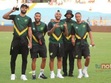 El admirable gesto de miembro del cuerpo técnico de Jamaica con la afición hondureña