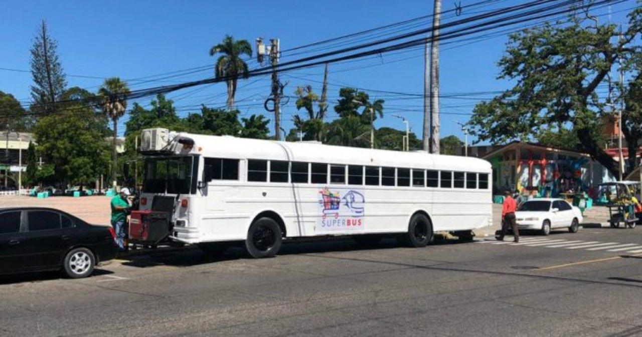 Los Roland's convierten bus en un supermercado móvil ante crisis por covid-19 en Honduras
