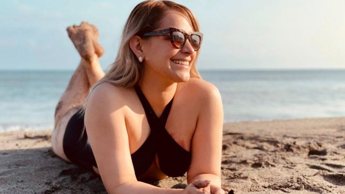 Tanya Rodríguez, presentadora de Las Dueñas del Balón, tomando sol en la playa.