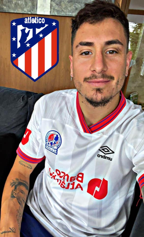Jose Maria posa con la camisa de Olimpia