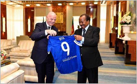 Gianni Infantino (à gauche), le président de la Fifa, remet un maillot personnalisé au président Paul Biya. Source: camerounweb.com /CC