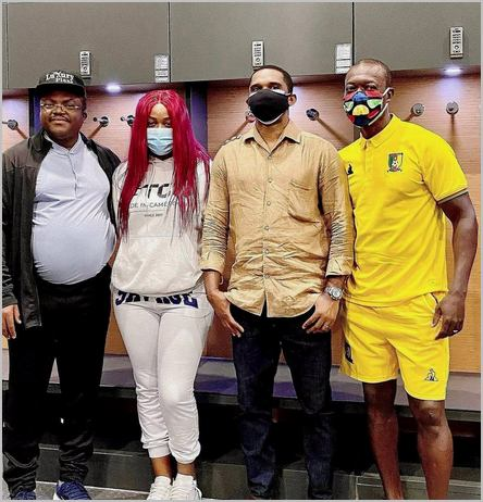 Muriel Blanche était au stade Japoma en compagnie du gouverneur Ivaha Diboua (à sa droite) et samuel Eto