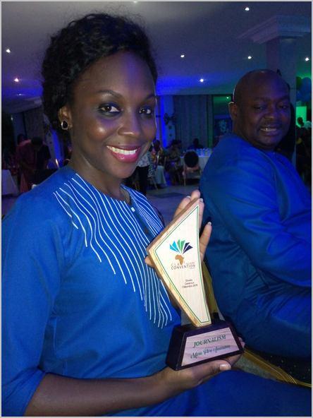 Marie-Flore Ammassana, recevant son PrixCameroon leadership academy de journalisme, en 2019. Source: Twitter /CC