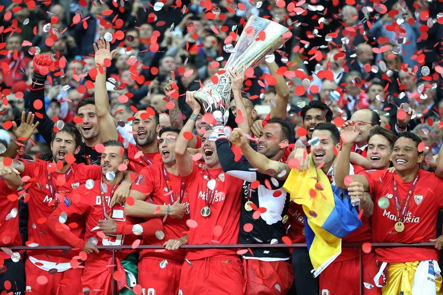 Le FC Séville, 6 titres (record) en Ligue Europa, par Stanislav Vedmid (Football.ua) - Wikipédia CC BY-SA 3.0