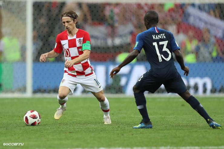 Ngolo Kanté (en bleu) face à Luka Modric par Krill Venediktov (Soccer.ru) -Wikipédia CC BY-SA 3.0