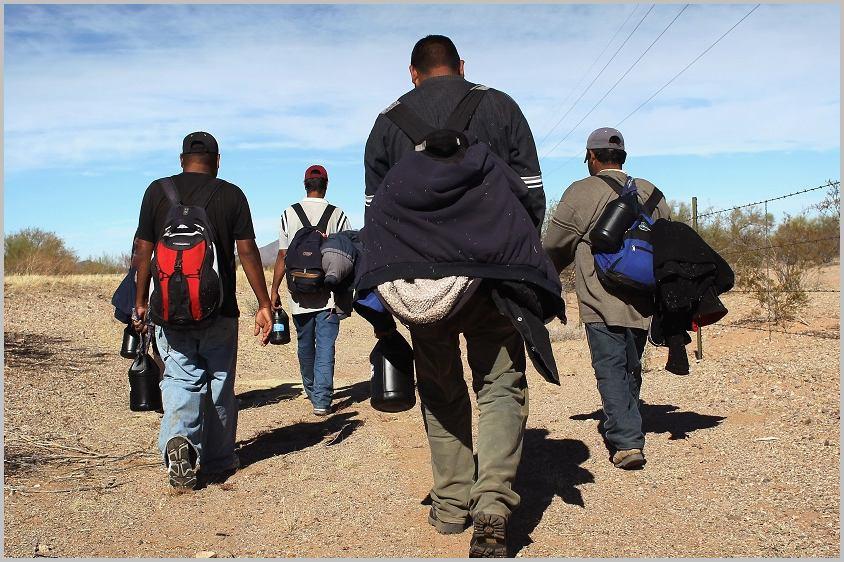 Des migrants en route pour l