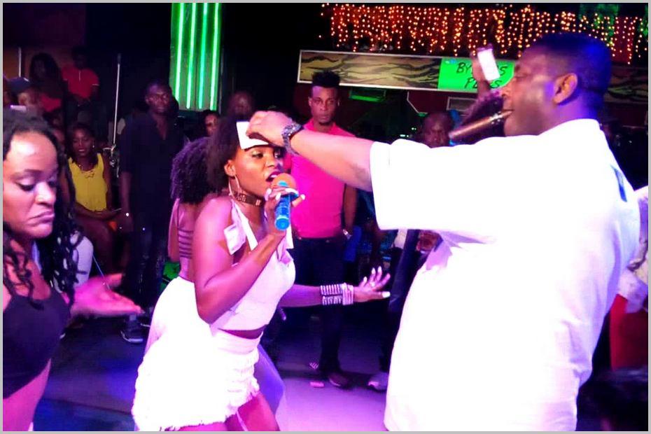 La chanteuse camerounaise Daphné est régulièrement farotée lors de ses spectacles. Source: YouTube /Image reprise sous autorisation
