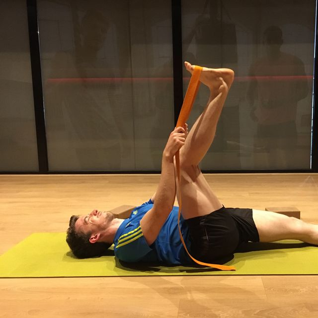 How to do: Right Leg Extension With Rope - Step 1