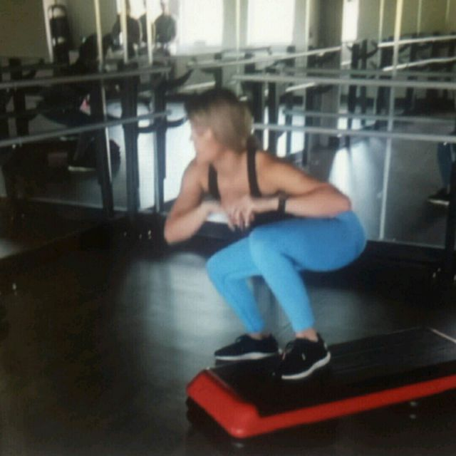 How to do: Squat To Oblique Twist - Step 1